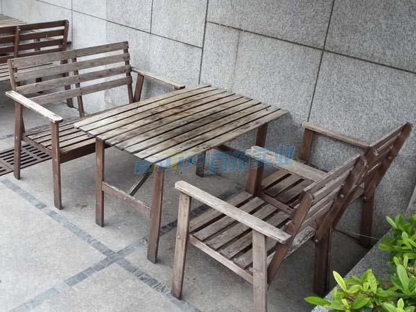 防腐木公園長凳粘上污穢難打理