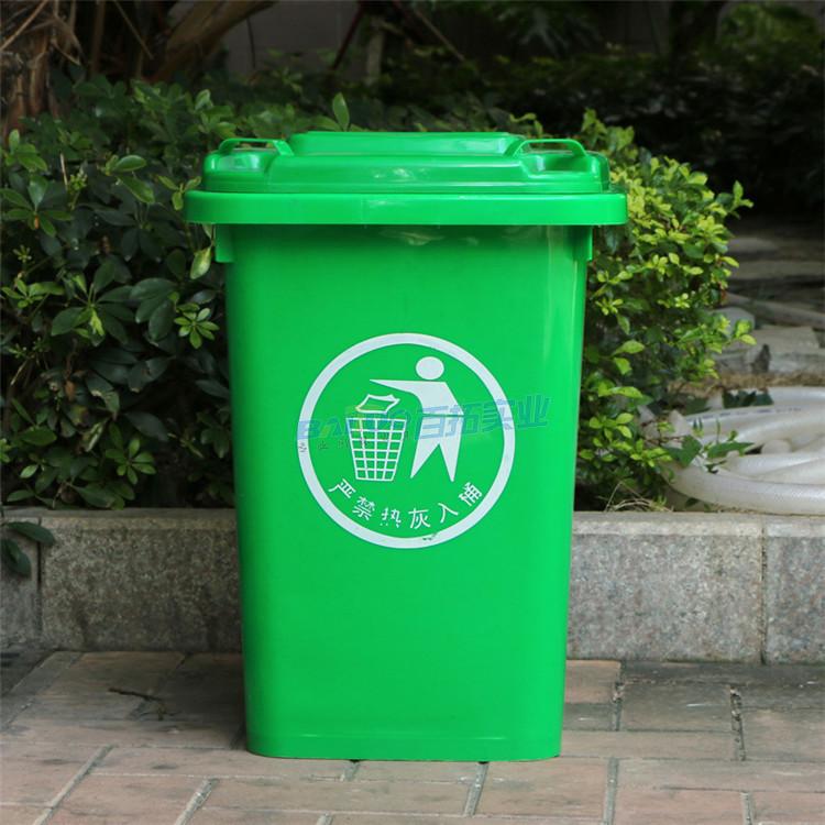 公园绿色垃圾桶实物图