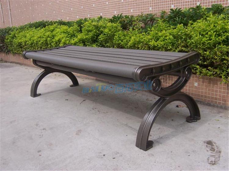 户外的凳子特写图