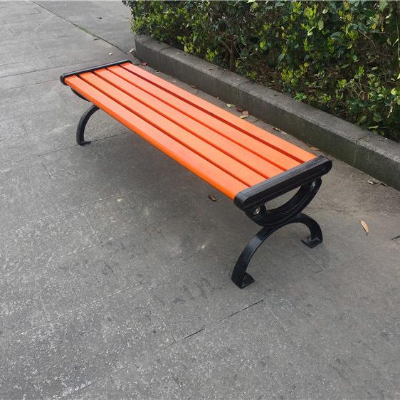 户外的凳子