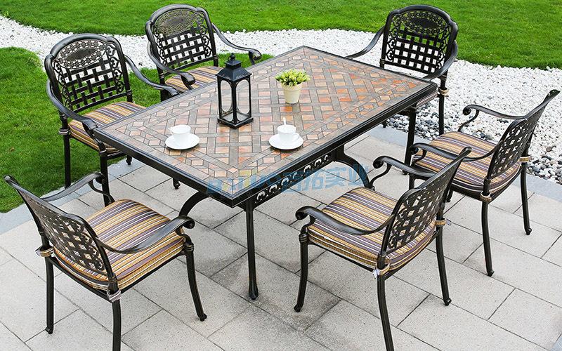 户外家具铸铝桌椅特写图